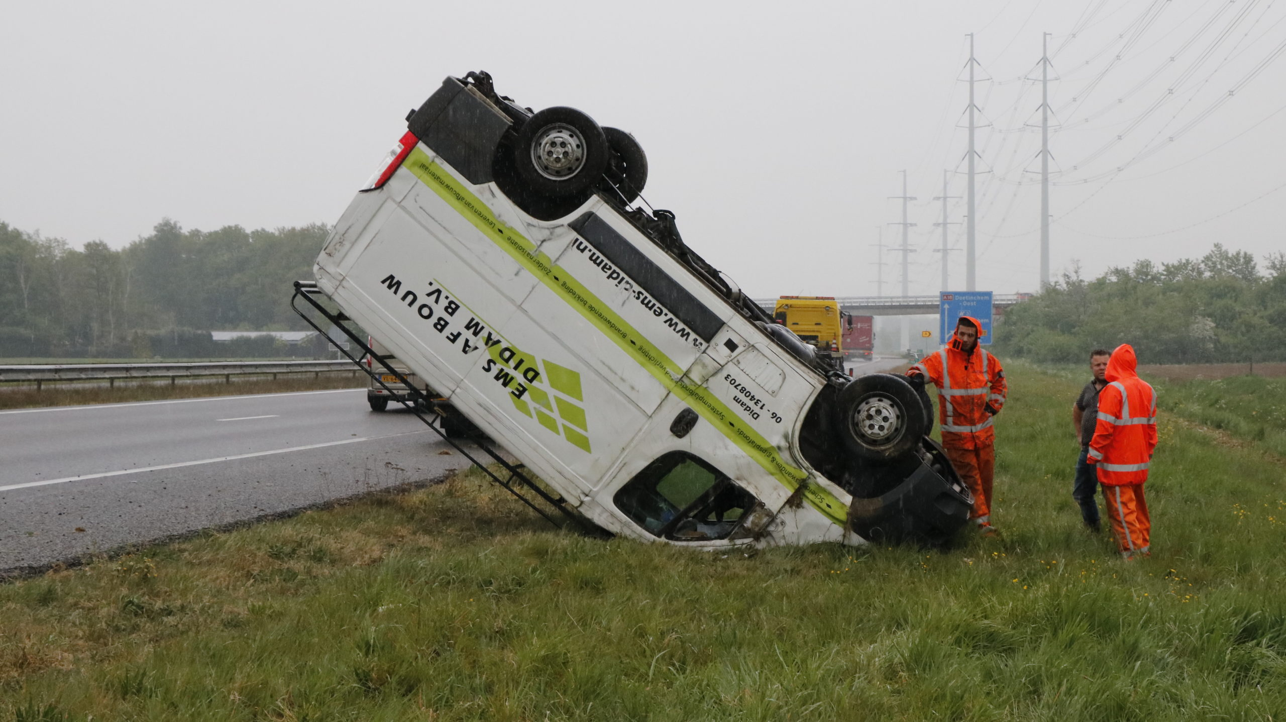 Busje kantelt bij eenzijdig ongeval op de A18