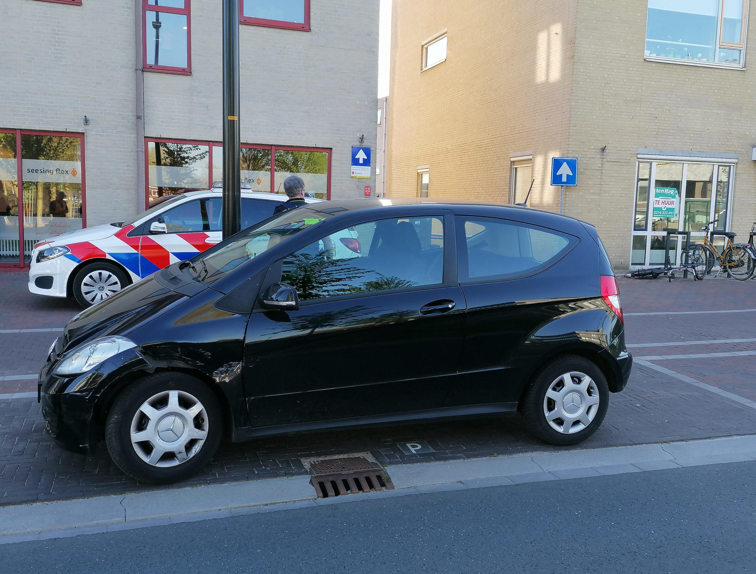 Veel materiële schade na aanrijding tussen twee auto's