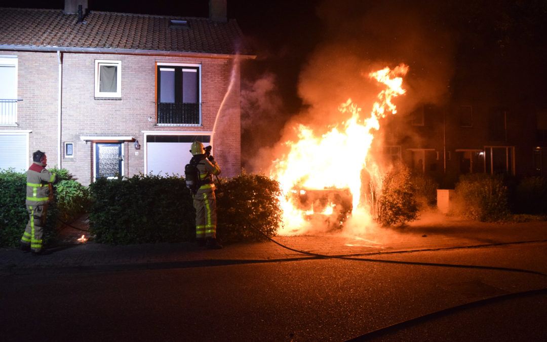 Auto volledig uitgebrand op oprit bij een woning