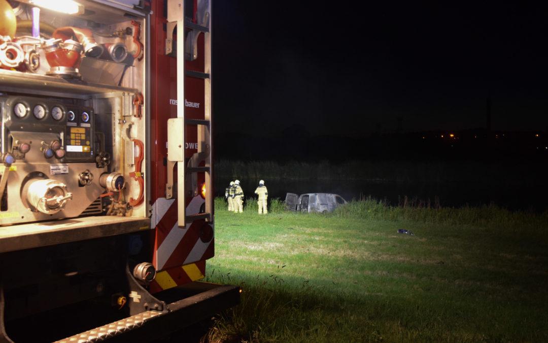 Autobrand langs de Oude IJssel in buitengebied van Doetinchem