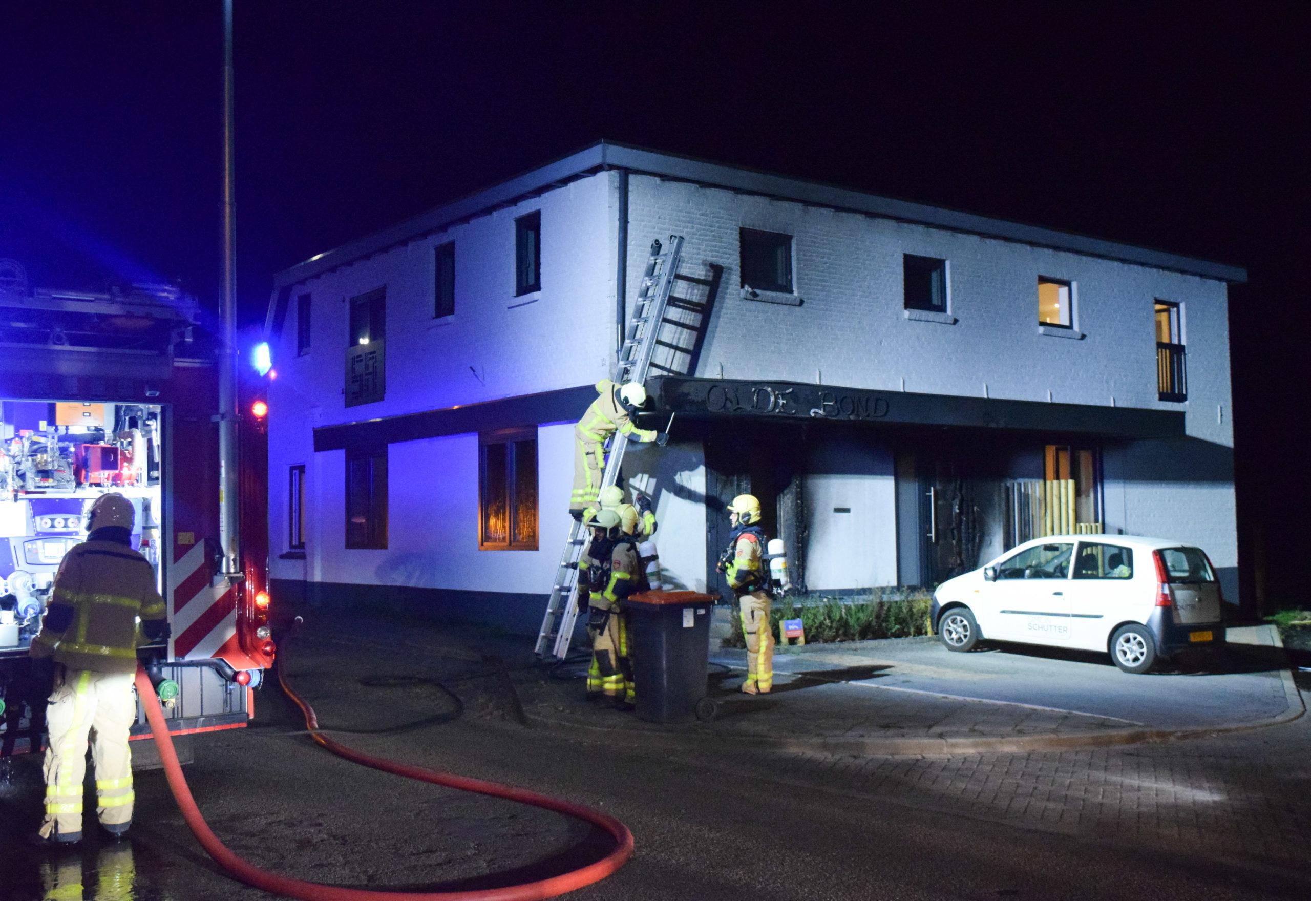 Brand onder overkapping bij woning, politie gaat uit van brandstichting