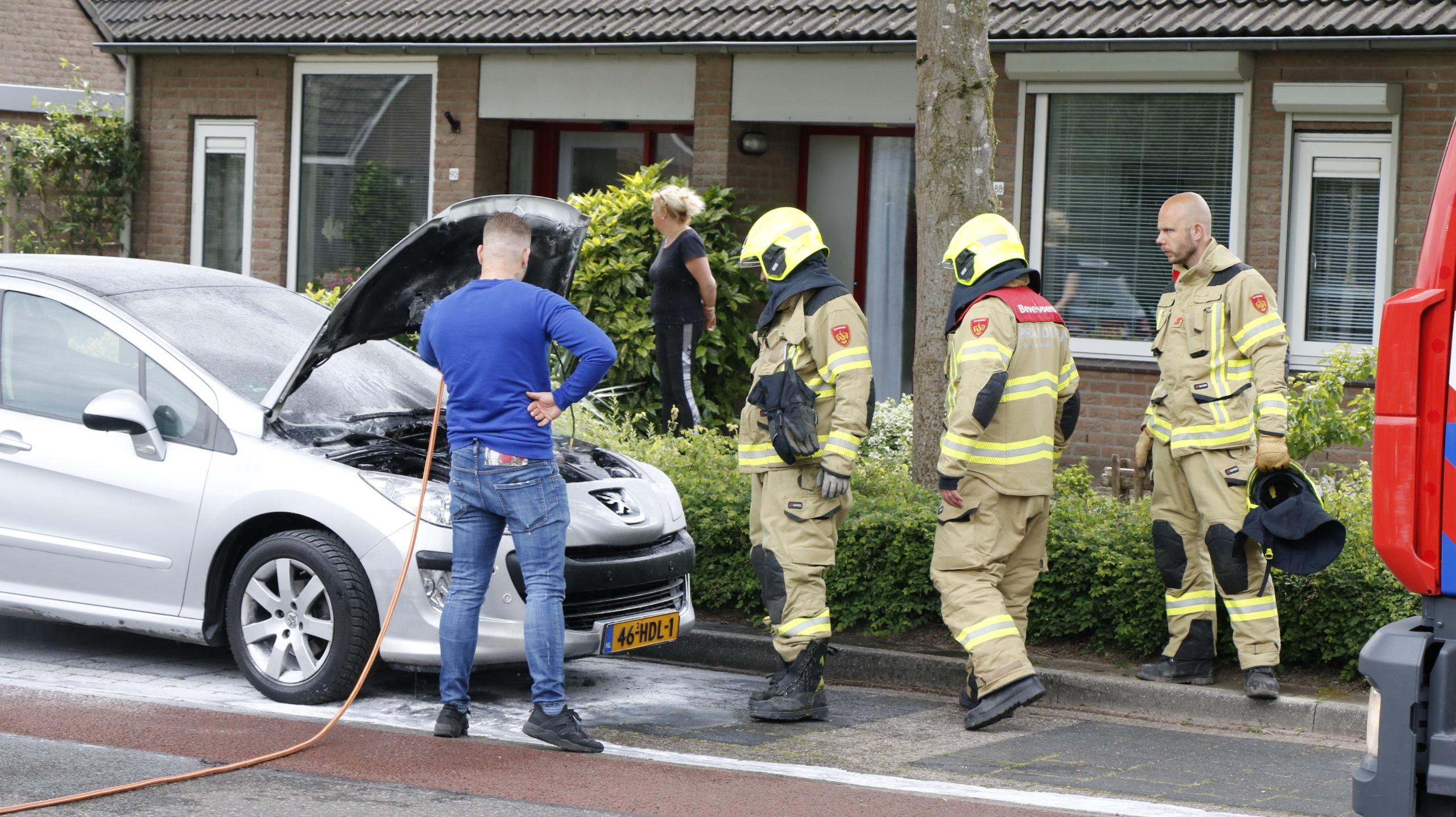 Voorbijganger blust autobrand.