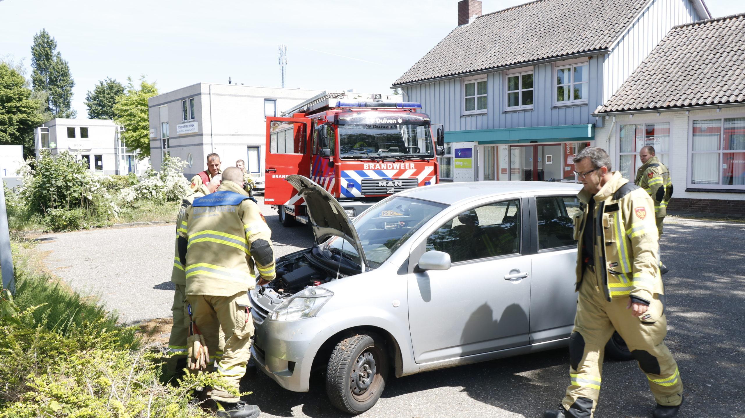 Brandweer controleert vermeende autobrand.