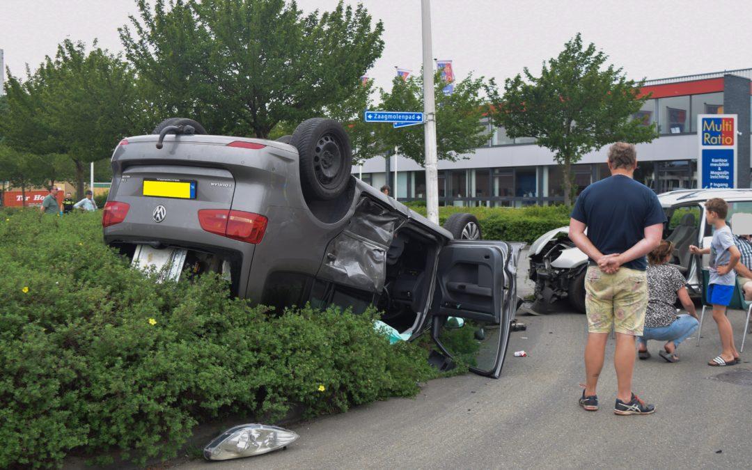 Veel blikschade na ongeval, auto op kop in de struiken.