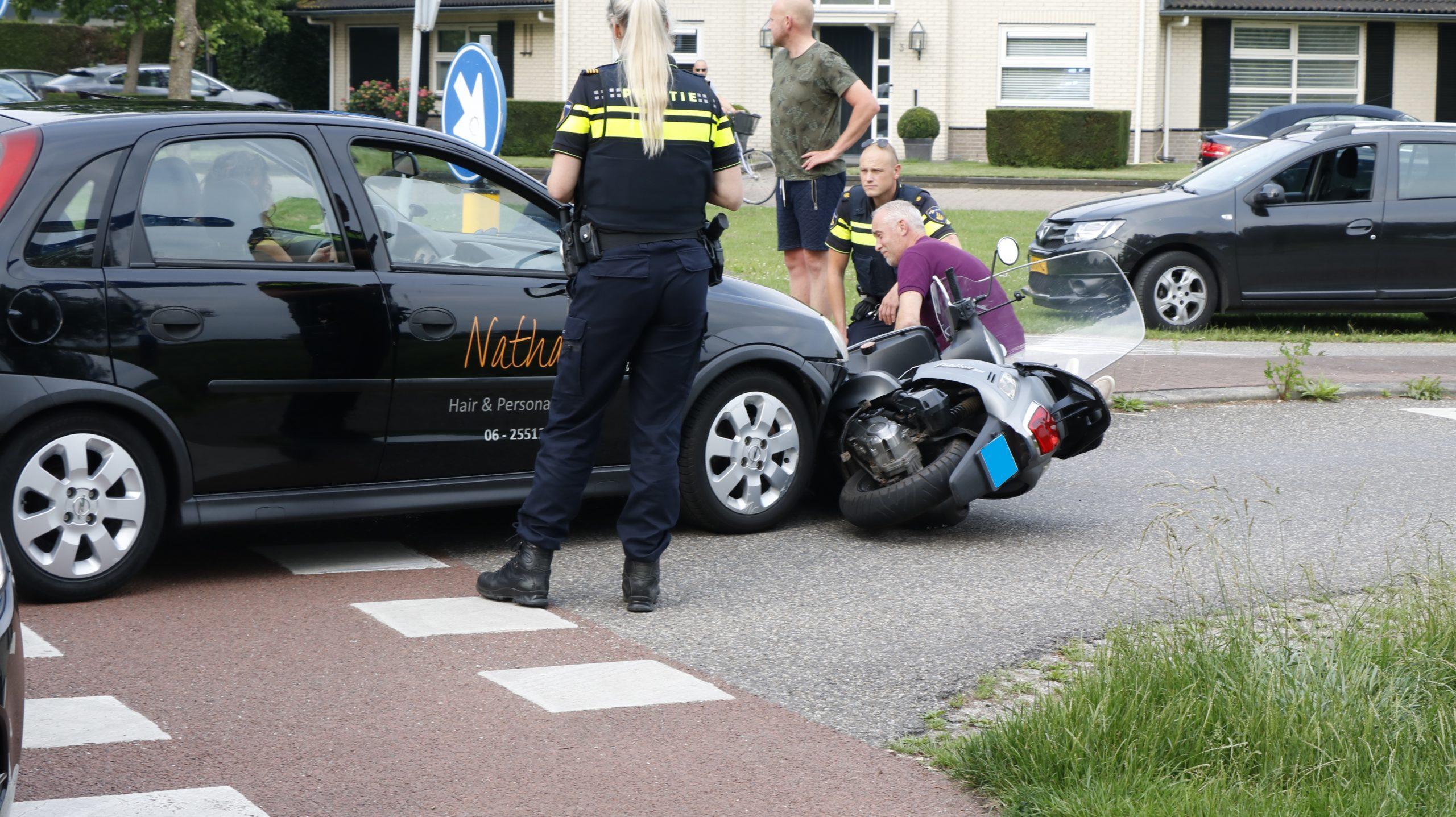 Scooterrijdster lichtgewond na aanrijding met auto.