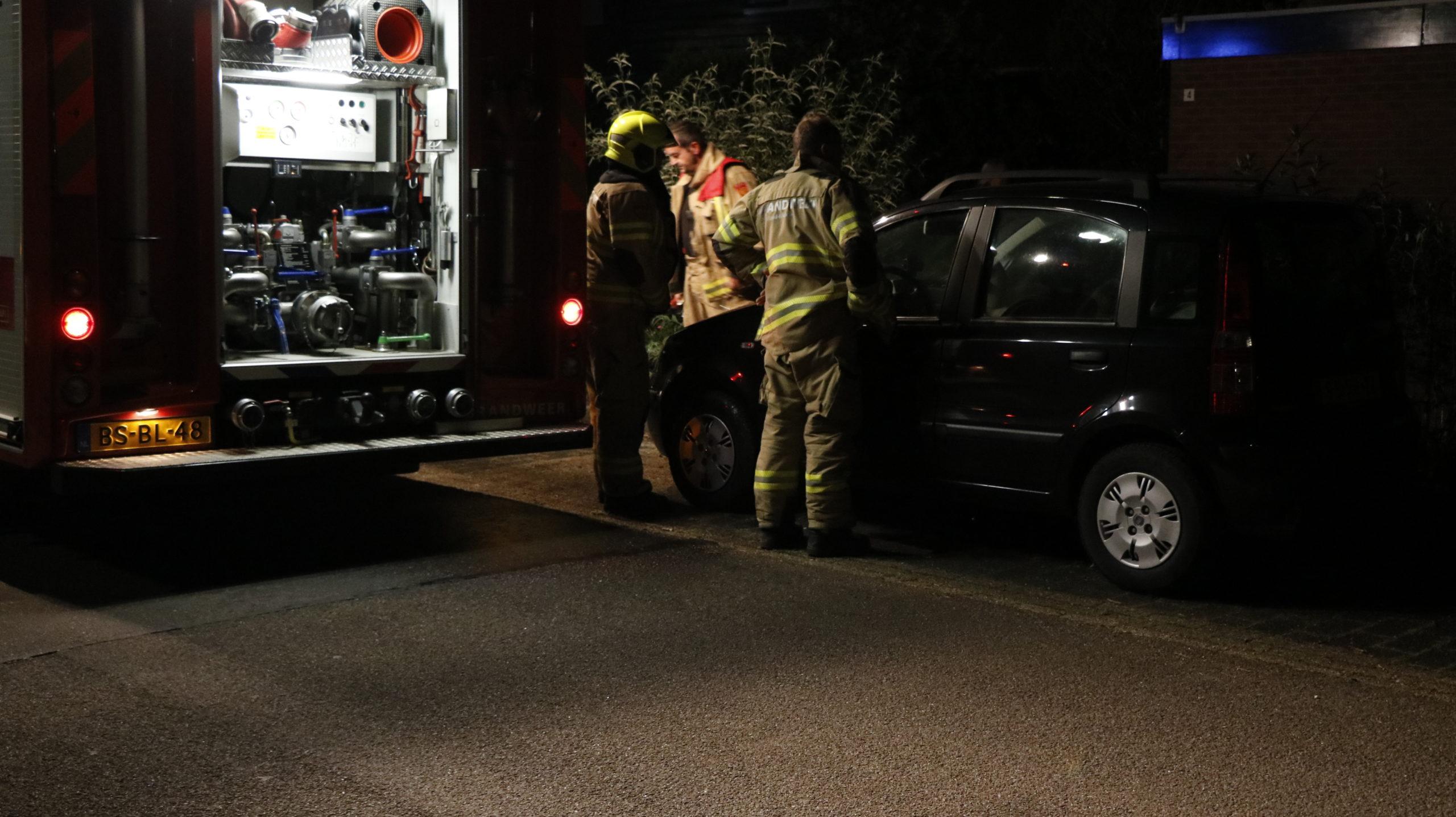 Beginnende autobrand geblust door politie.