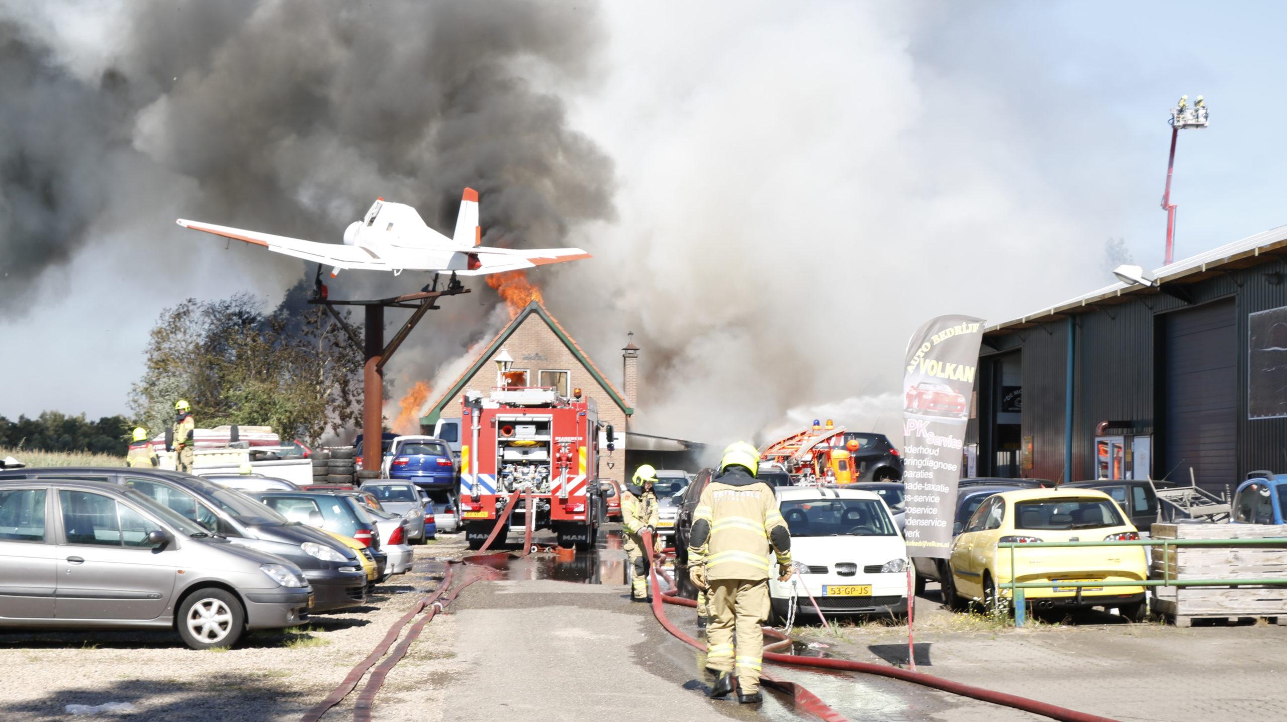 Grote brand bij autosloperij te Duiven, 1.000 autowrakken en een woning gaan in vlammen op