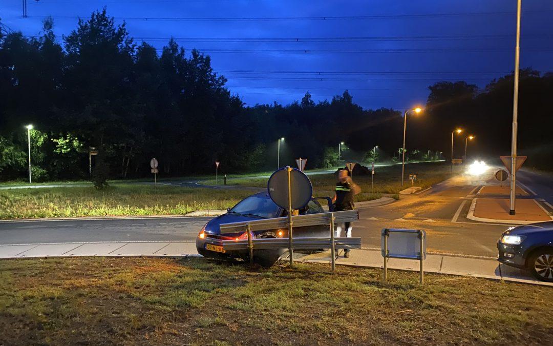 Automobiliste schiet rechtdoor op rotonde.