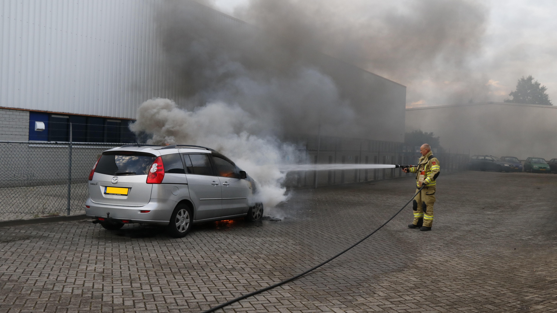 Auto vliegt tijdens het rijden in brand.