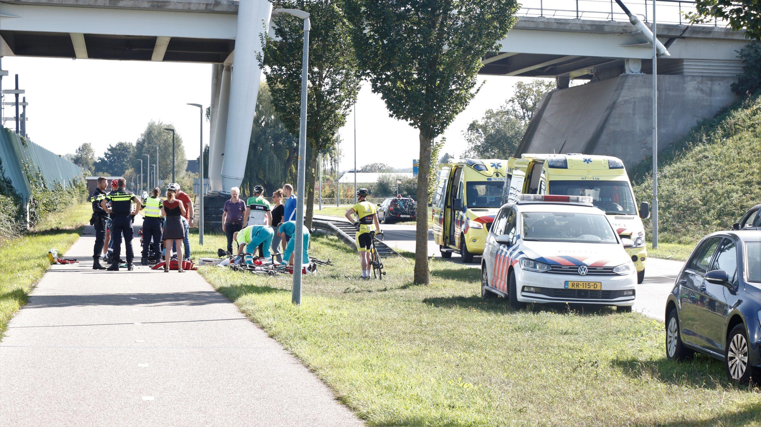 Twee wielrenners raken elkaar en komen hard ten val, een zwaargewonde.