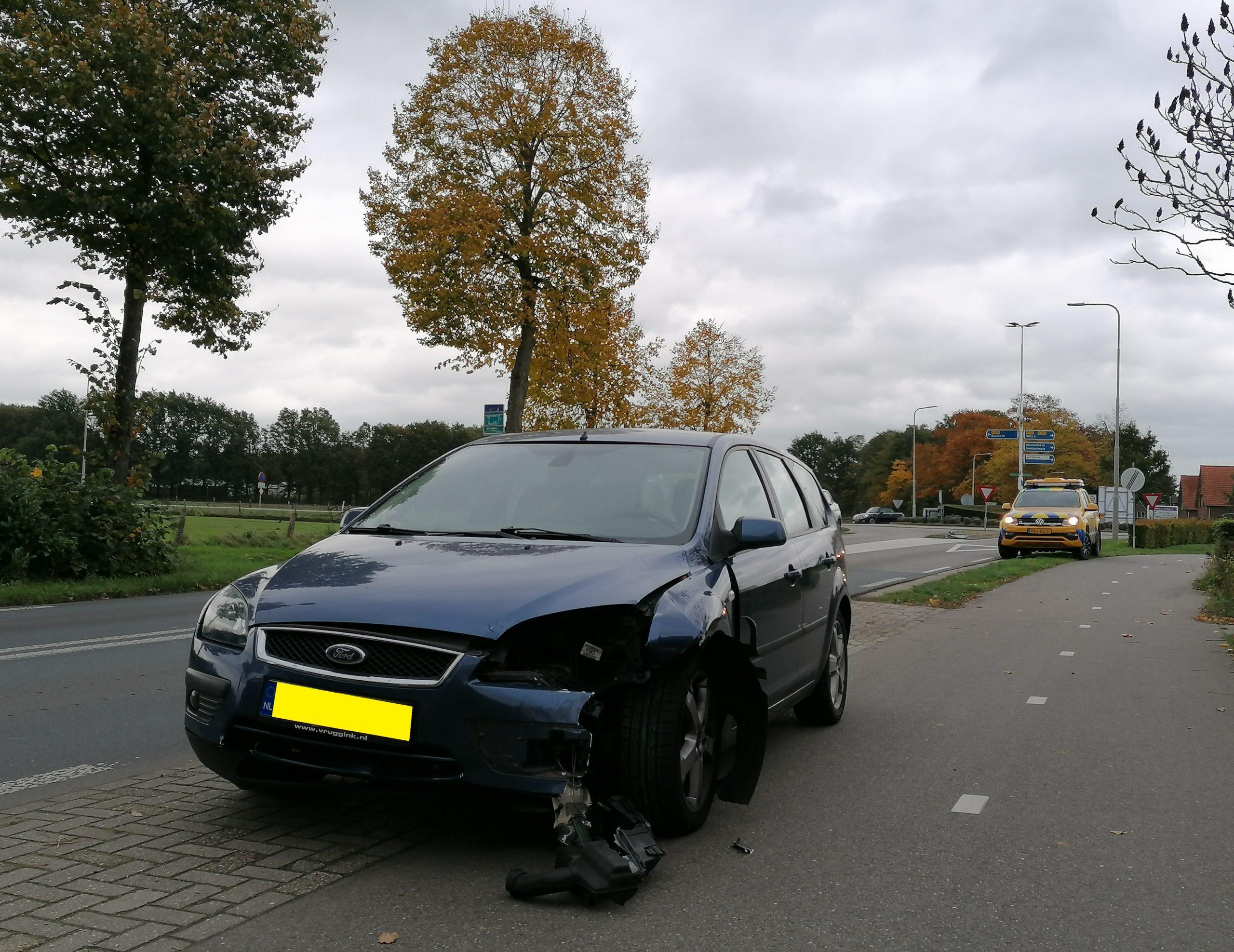 Automobilist verliest macht over het stuur en wordt over vluchtheuvel gelanceerd