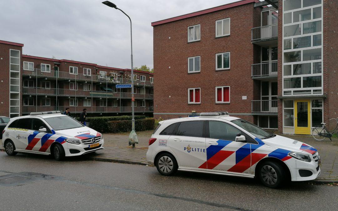 Politie slaat raam van flatwoning in om bij gevallen bewoner te komen