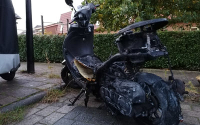 Scooter brand geheel uit, bestuurder en passagier ongedeerd