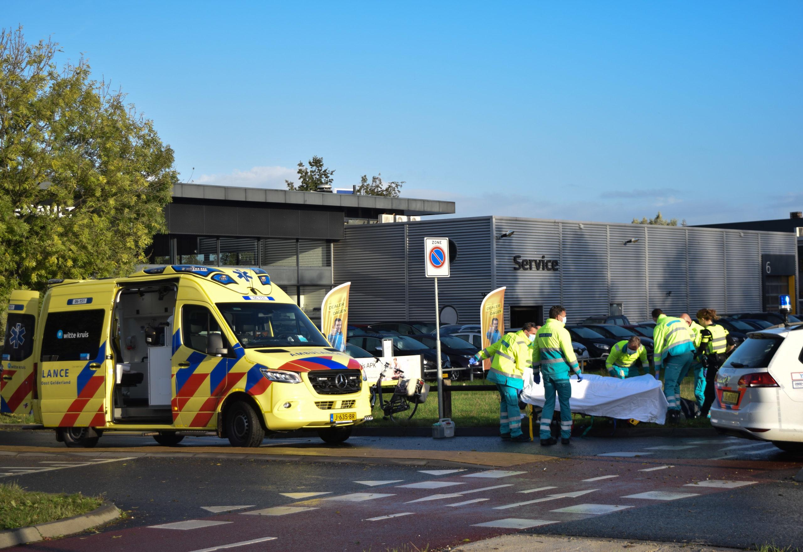 Fietsster raakt ernstig gewond bij aanrijding met auto op een rotonde