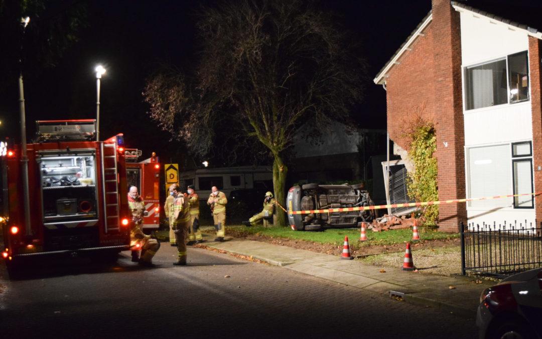 Automobilist crasht en belandt tegen gevel woonhuis.