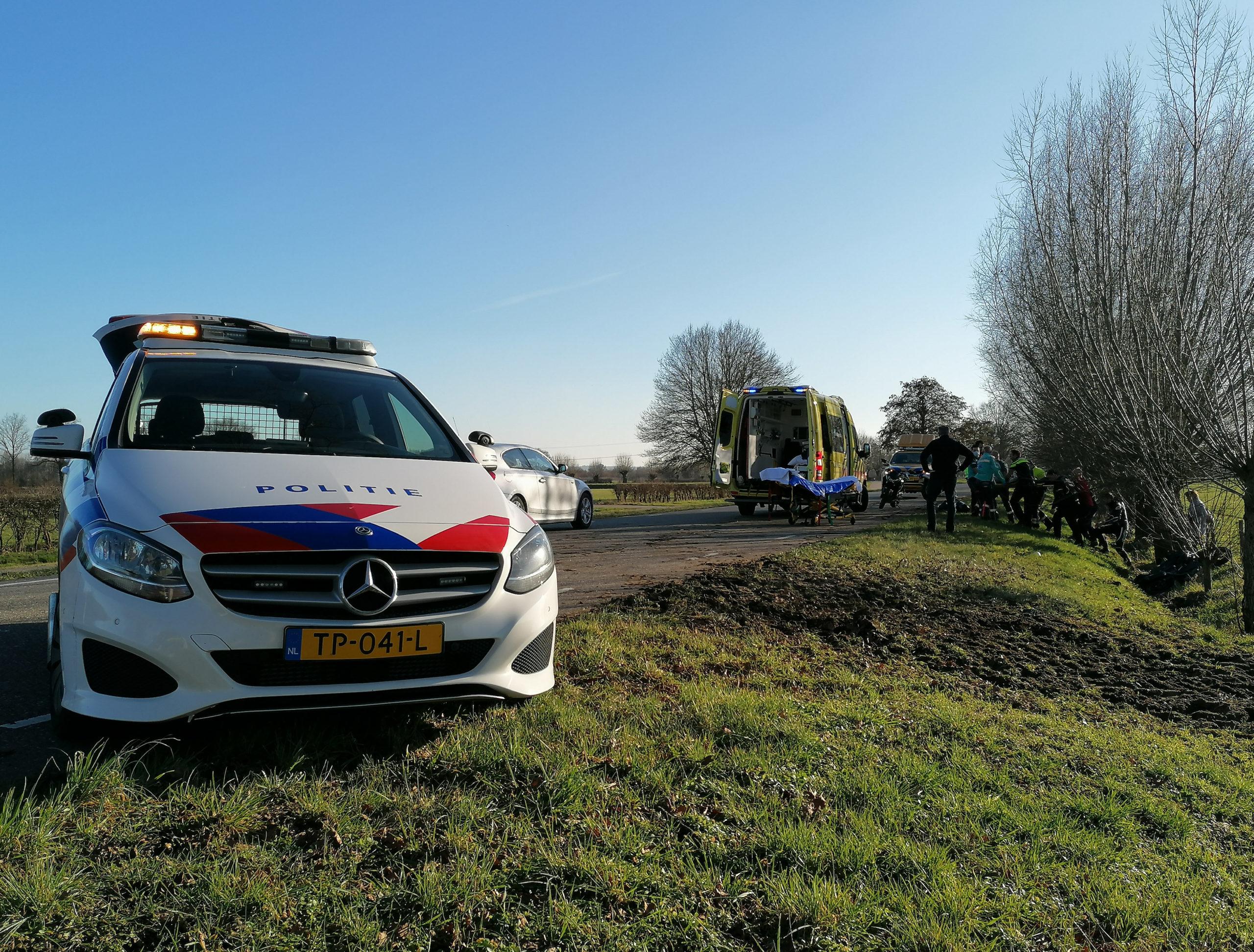 Motorrijdster raakt tijdens toertocht van de weg, gewond naar het ziekenhuis