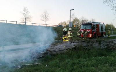 Brand in grote boomstam langs het fietspad van de Energieweg