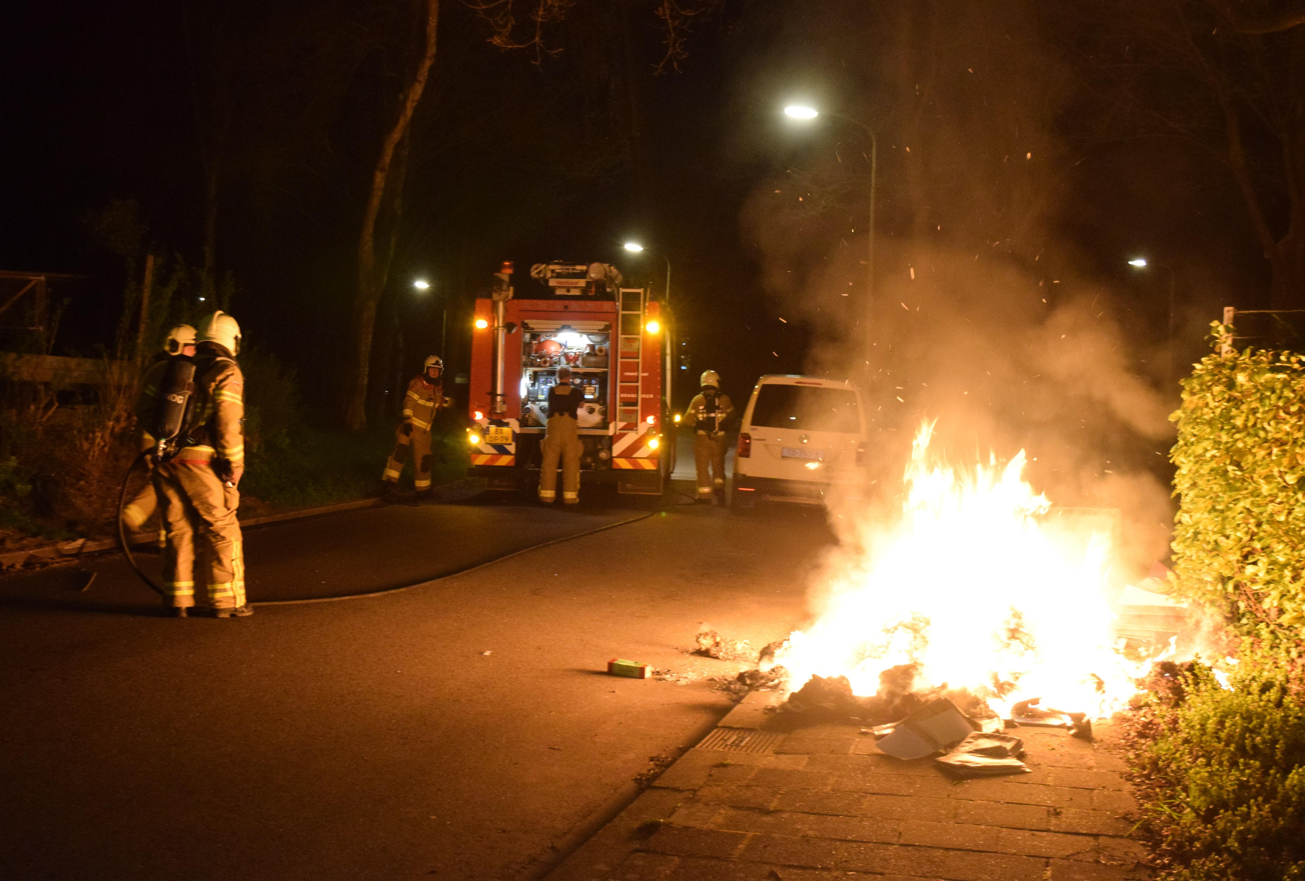 Brandstichting van papier uit rolcontainers, politie houdt een verdachte aan