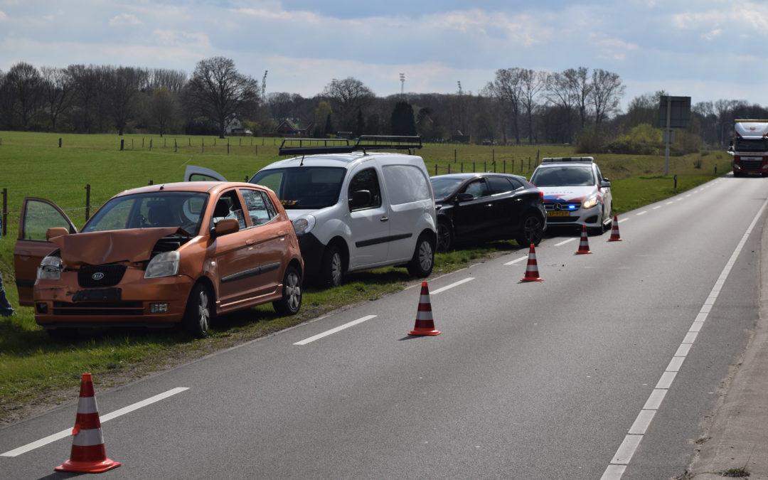 Geen gewonden bij kop staart aanrijding tussen drie auto's en een bestelbus met aanhanger