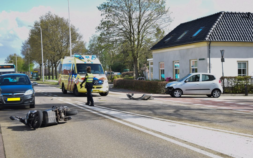 Automobiliste ziet scooterrijder in Velswijk over het hoofd, aanrijding volgt