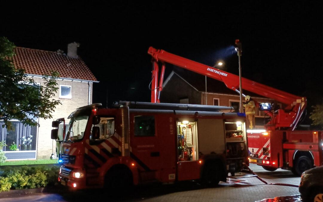 Veel schade na blikseminslag in schoorsteen van een woning te Doetinchem