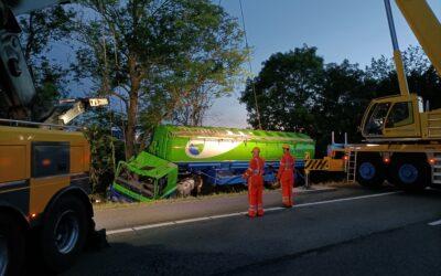 Berging gekantelde vrachtwagen op de A12 begonnen.