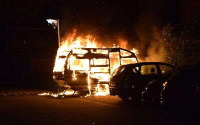 Geparkeerde caravan brand volledig uit in Doetinchem, ook schade aan auto en een heg