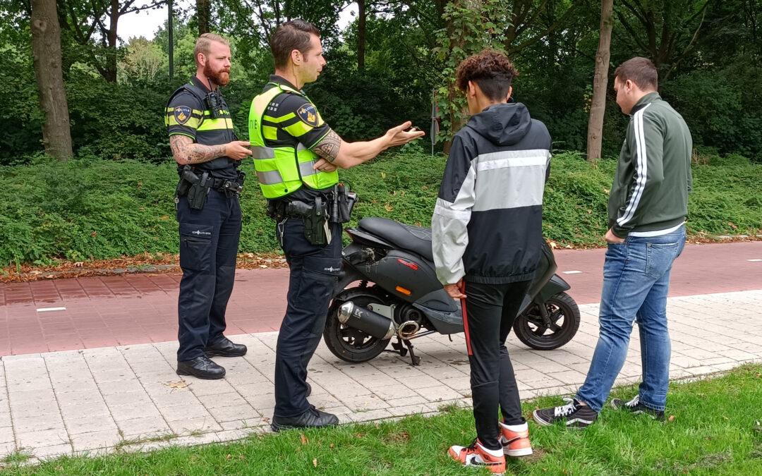 Scooter begint tijdens rijden te branden in Doetinchem, passagier en bestuurder ongedeerd