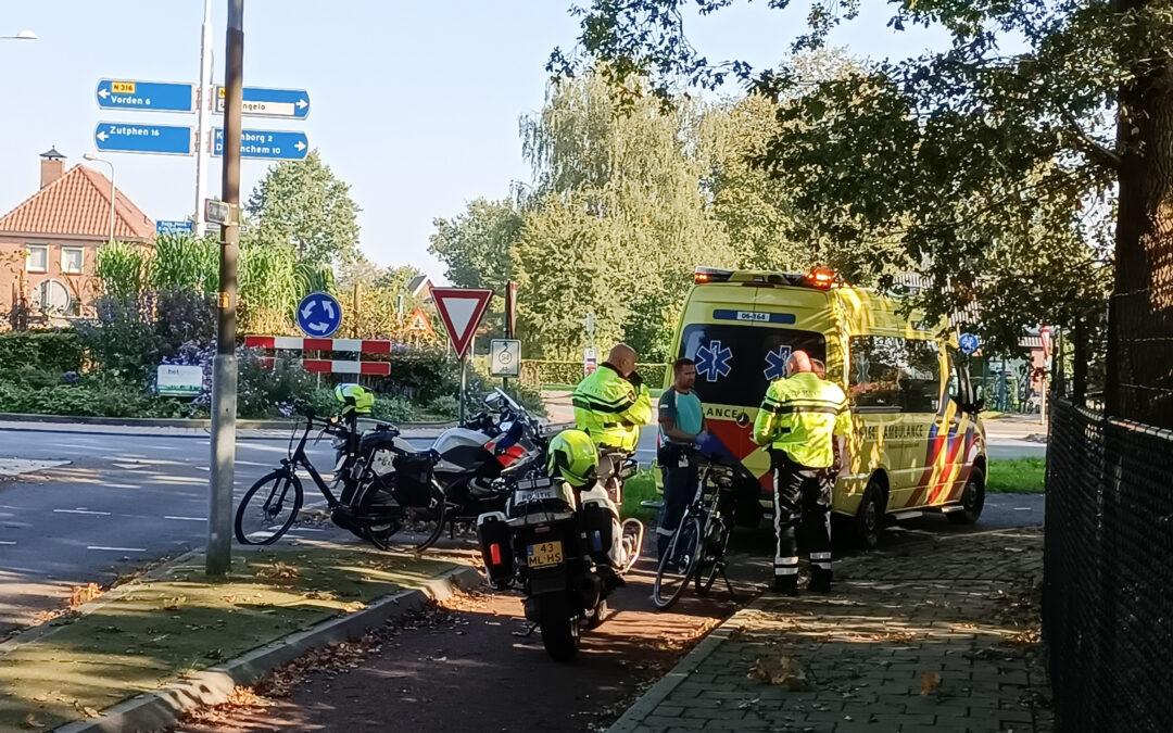 Fietsers raken elkaar nabij rotonde in Hengelo (Gld), een persoon gewond