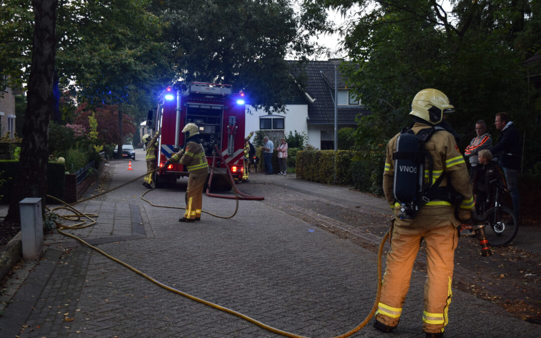 Bewoner blust brandje in schuur achter woning in Zelhem zelf, brandweer blust na